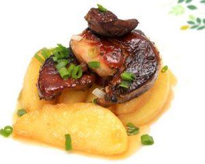 Foie gras accompagné de tranches de pomme.