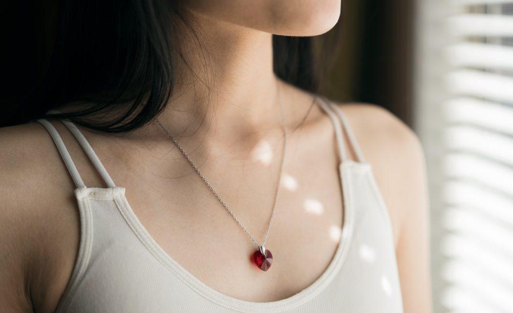 Le bien-être à la maison à l'aide d'un collier de pierre : exemple du quartz rose